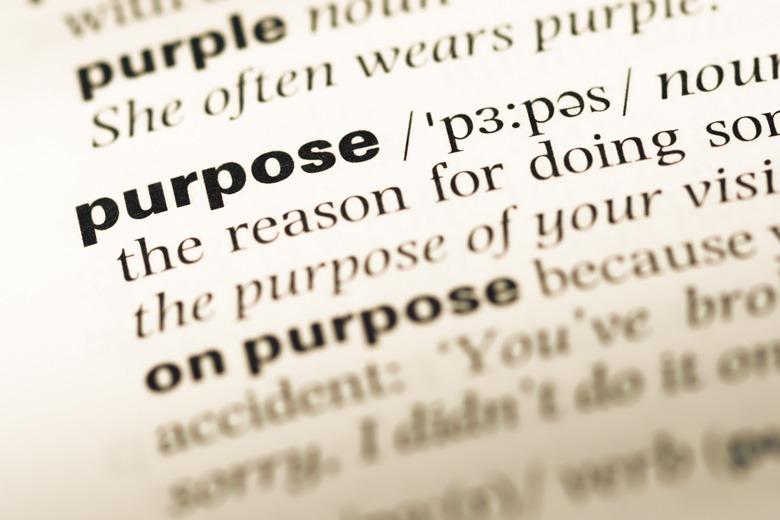 """Nahaufnahme eines Wörterbuchs mit Focus auf das Wort """"Purpose"""""""