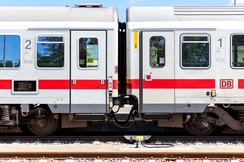 Zwei Zugwagons der deutschen Bahn