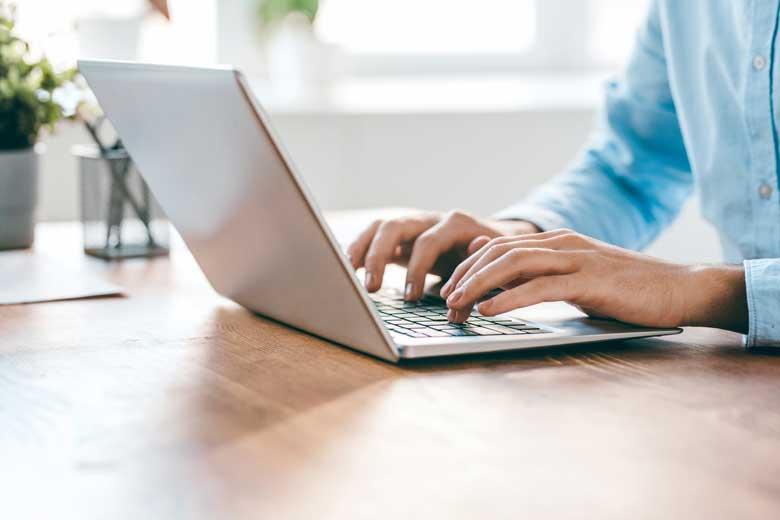 Junger Mann schreibt ein Anschreiben in der Bewerbungsphase