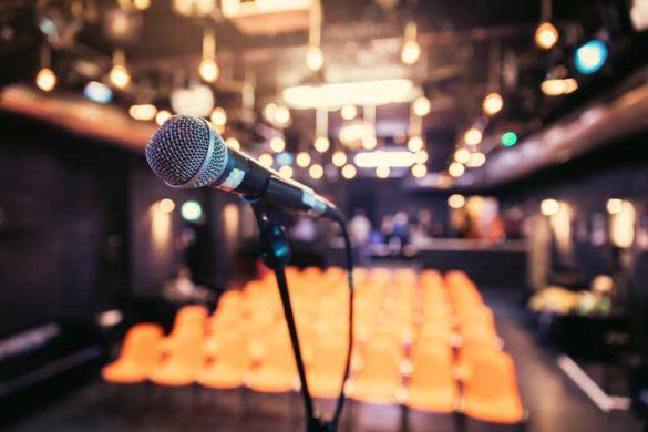 Kulturbranche in der Krise: Leere Konzerthalle mit Mikrofon