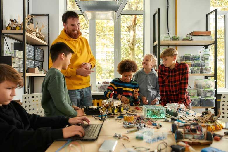 Lehrer begleitet ein interdisziplinäres Projekt