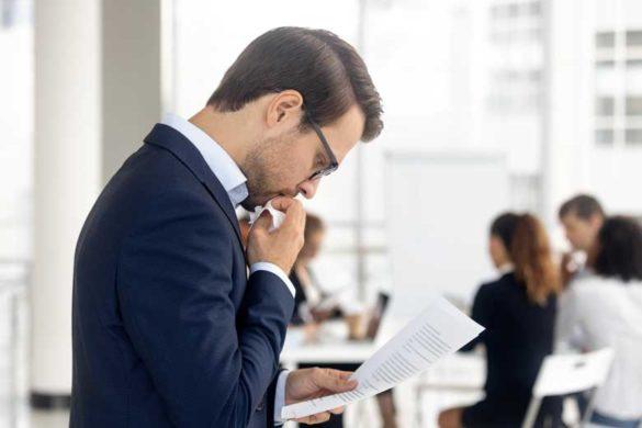 Mitarbeiter ist introvertiert am Arbeitsplatz.