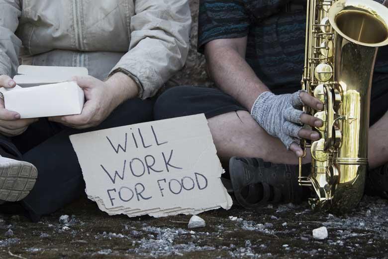 Obdachlose Straßenmusiker bieten an für Essen zu arbeiten