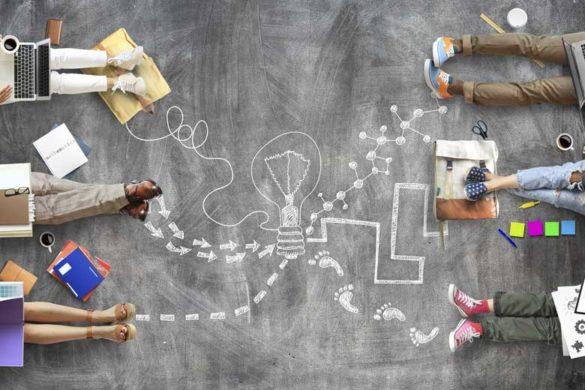 Pluralität in Bildungseinrichtungen: Menschen sitzen mit Lernutensilien auf einer Schultafel und sind durch Kreidelinien miteinander verbunden.
