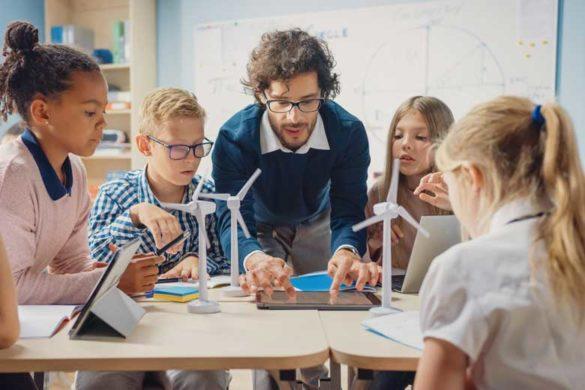 Schule neu denken: Lehrer unterrichtet in Kleingruppen.