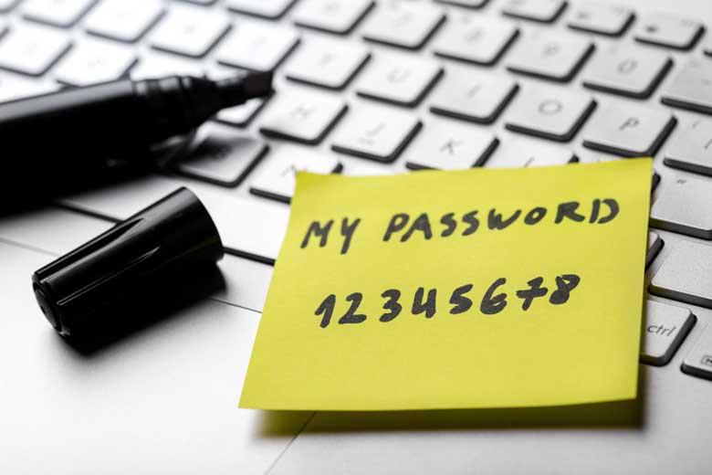 Zettel mit notiertem Passwort auf einem Laptop