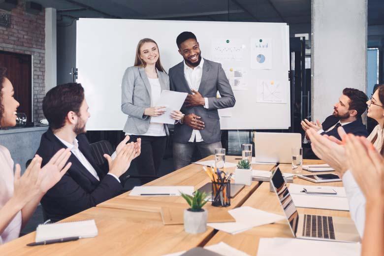 Introvertierte Führungskräfte bei einem Team-Meeting