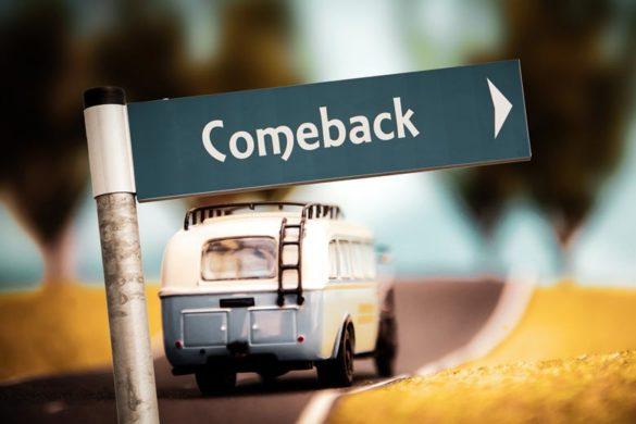"""MinibusComeback der deutschen Wirtschaft: Minibus und Strassenschild mit der Aufschrift """"Comeback"""" und Strassenschild mit der Aufschrift Comeback"""