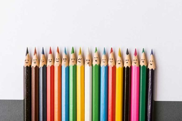 Verschiedene bunte Stifte mit Gesicht um Diversity im Unternehmen darzustellen