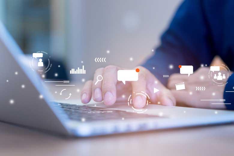 Social Media Trends 2021: Hand am Laptop