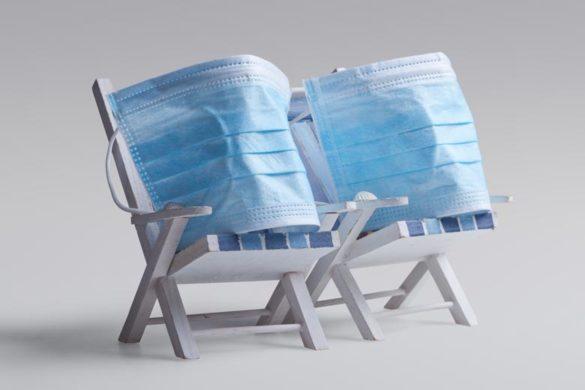 Urlaubsplanung 2021: Corona Masken auf Liegestühlen
