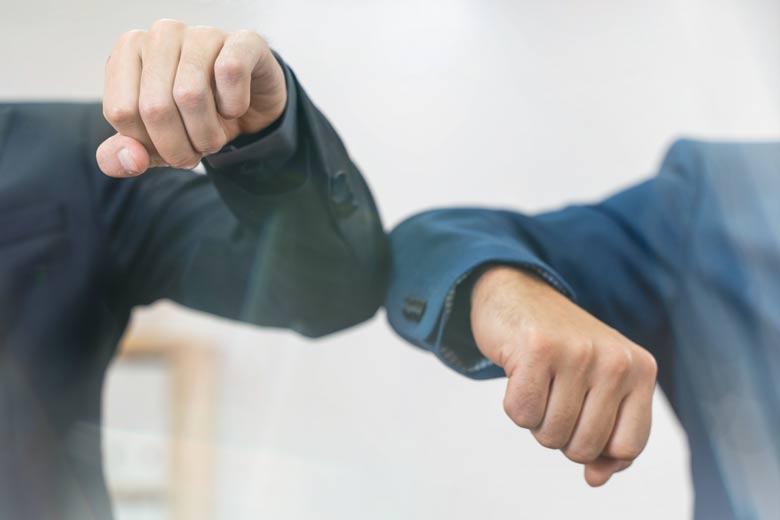 """""""Handshake"""" während Corona-Pandemie"""