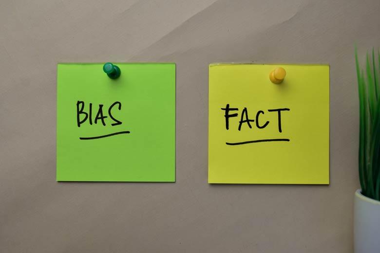 Klebenotizen mit der Aufschrift Bias und Fact
