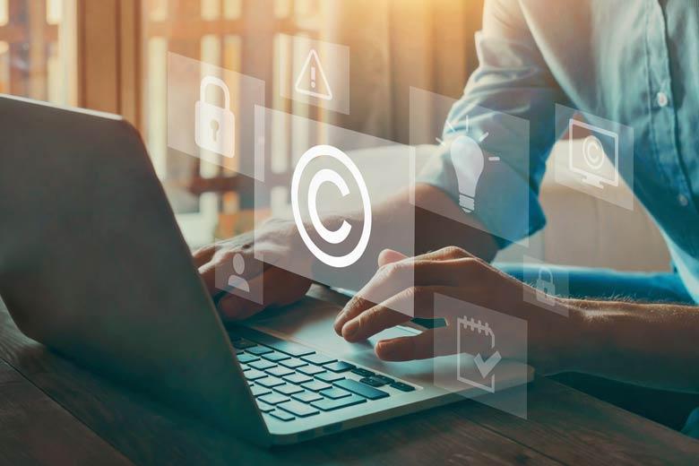 Copyright Symbol schwebt über einem Laptop