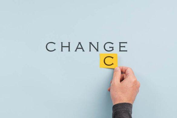 Strukturwandel der Berufslandschaft: Eine Hand macht aus dem Schriftzug Change Chance
