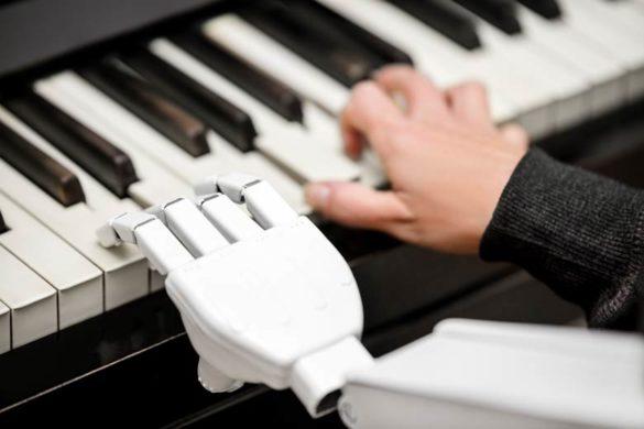 Roboter und Mensch spielen gemeinsam Klavier