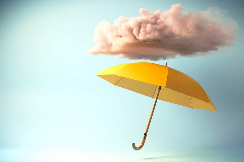 Schwebender Regenschirm unter einer Wolke