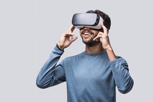 Mann mit VR Brille geht auf virtuelle Weltreise