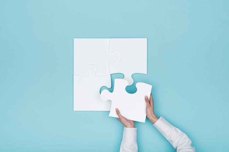 Puzzleteil wird zu grossem Puzzle hinzugefuegt