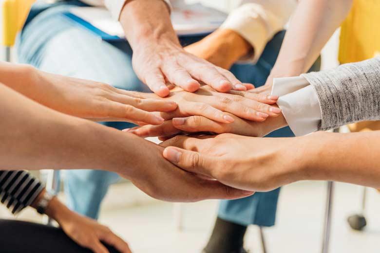 Hands together in der Corona Krise