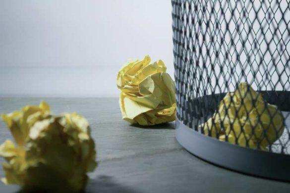 Jetzt ohne Anschreiben bewerben:Papierkorb mit zerknülltem Papier
