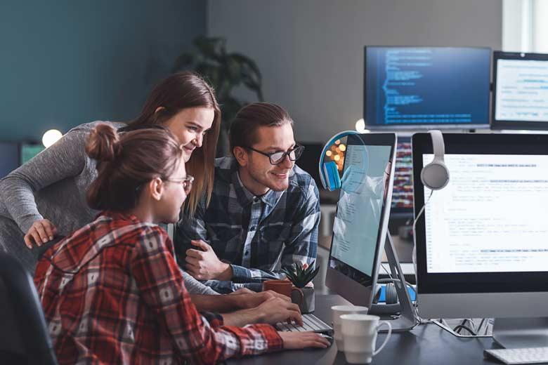 Gamer rekrutieren: Programmierer Team beim gemeinsamen Coden