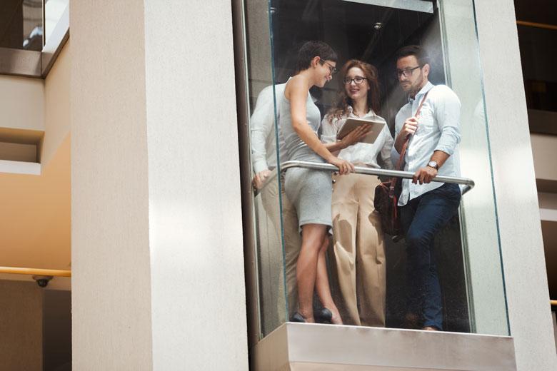 Elevator Pitch Personen im Aufzug