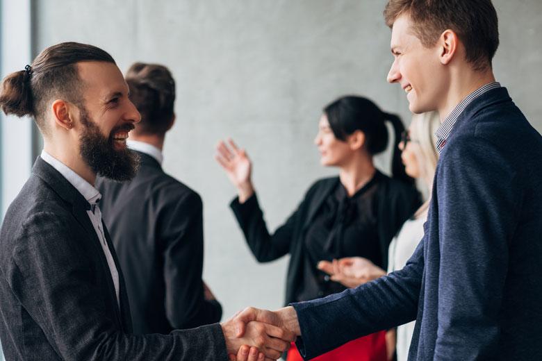 Networking Event Haendedruck Berufseinsteiger