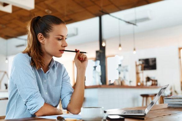 Studentin Angestellte sitzt in Cafe und arbeitet mobil im Büro