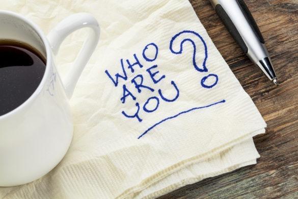 Kaffetasse auf Serviette mit Schriftzug Who are you