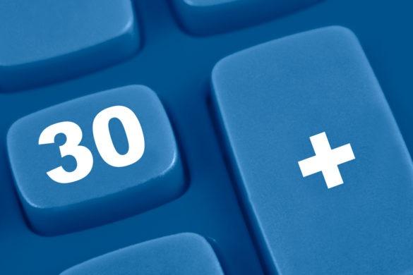 30 und Pluszeichen auf blauer Tastatur