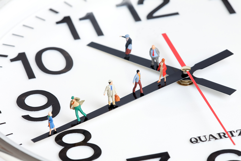 Nahaufnahme Uhr mit miniatur Personen auf Uhrzeigern